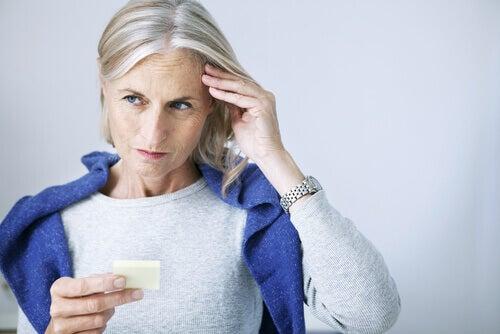 Mujer que ha olvidado algo por deterioro cognitivo leve
