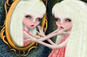 Mujer narcisista mirándose al espejo