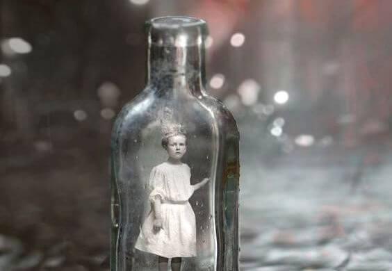niña en una botella