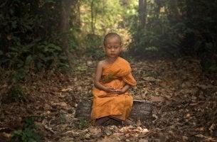 Niño budista meditando y representando el ego