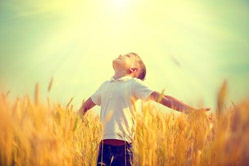 Niño con los brazos abiertos mostrando esperanza