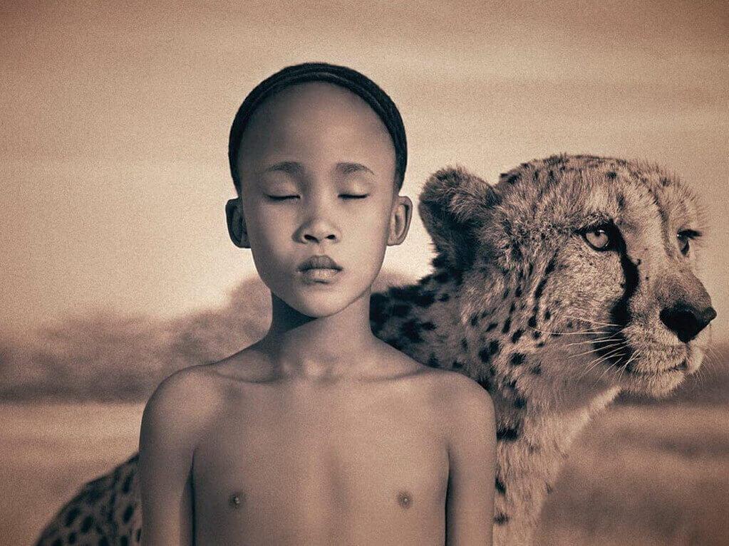 Niño frágil con tigre