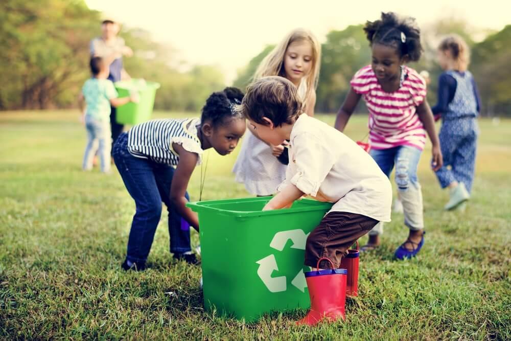 Niños de diferentes razas trabajando juntos