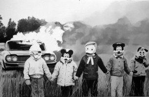 Niños disfrazados con un coche ardiendo