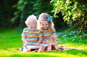 Niños leyendo un libro desarrollo