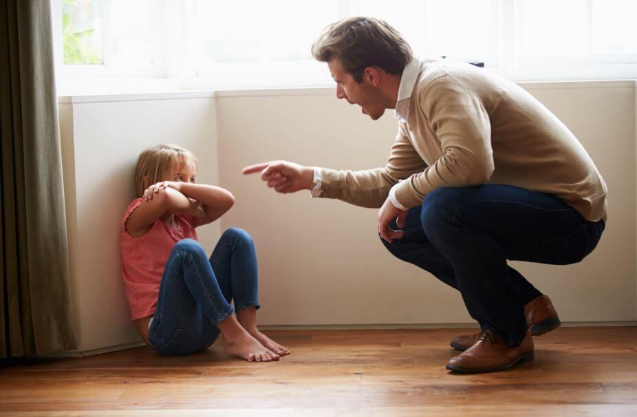 Padre riñendo a su hija por su tartamudez