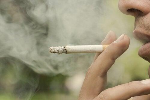 Hombre que no puede dejar de fumar