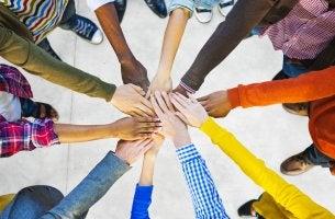 PErsonas de diferente raza mostrando que nadie vale más