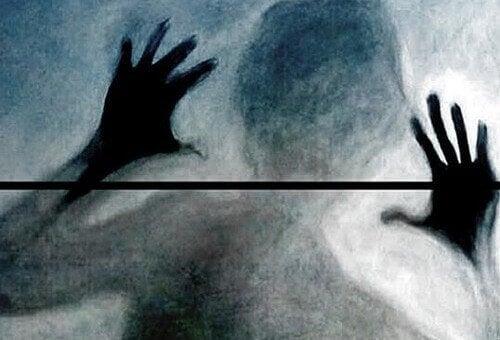 Mujer mostrando enfado tras un cristal