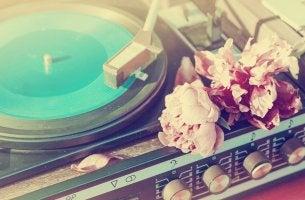 Tocadiscos con flores representando la música despierta recuerdos