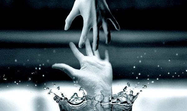 manos a punto de cogerse