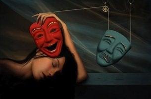 mujer sujetando máscara roja