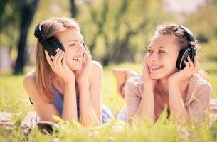 Amigas escuchando música