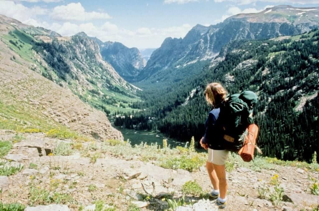 Chica observando un paisaje