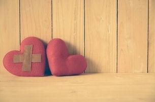Corazón con tirita junto a un corazón normal