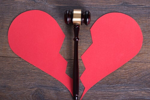Corazón roto en símbolo de divorcio