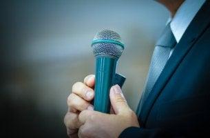 Hombre con micrófono