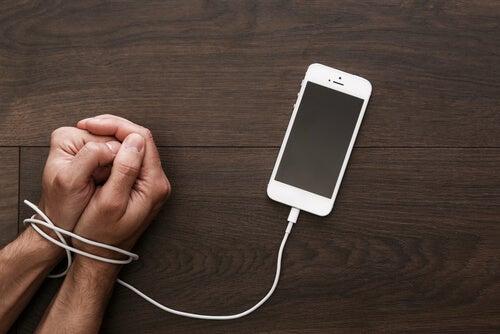 Mano con un móvil