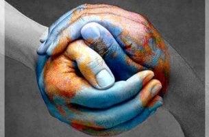 Manos juntas haciendo bola del mundo