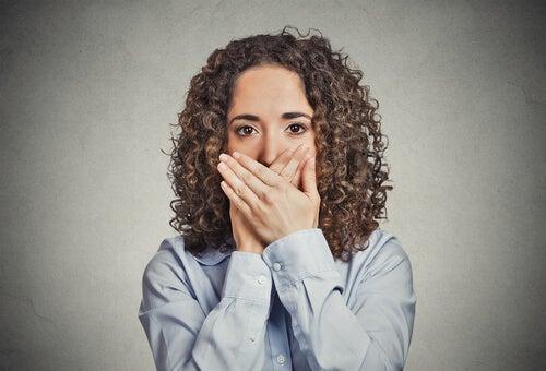 Mujer con miedo a hablar