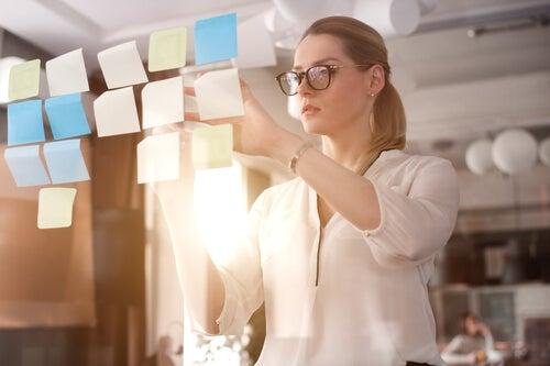 Mujer organizando su trabajo