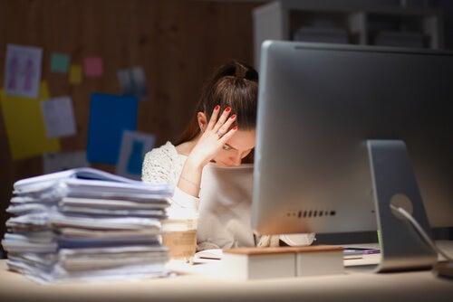 Mujer con trabajo que sufre ansiedad