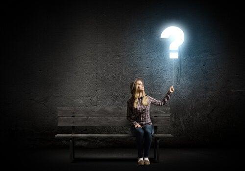 Mujer con una interrogación