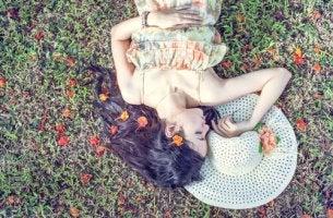 Mujer tumbada en el césped