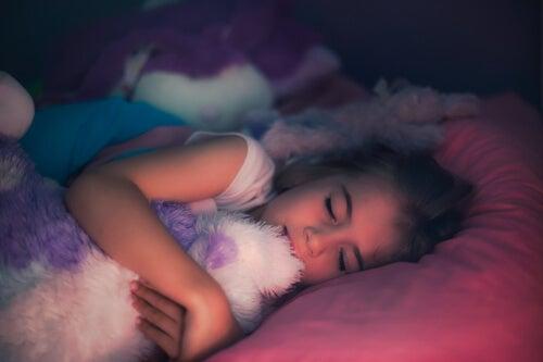 Niña durmiendo con un peluche