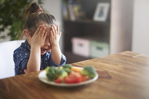 Niños - Niña odiando comida