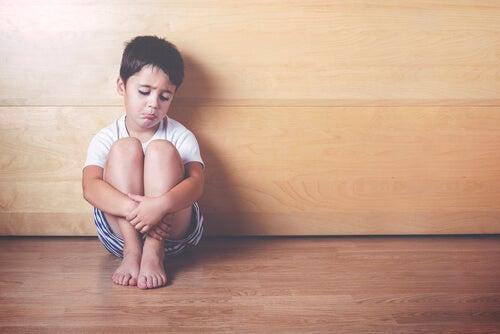 Disciplina positiva  -Niño triste sentado en un rincón