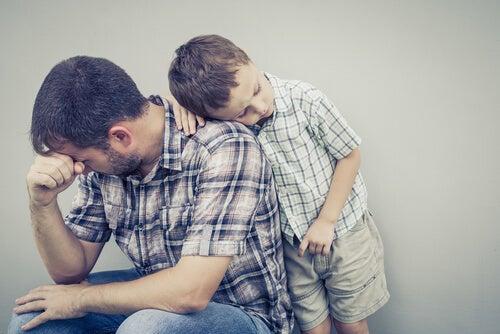 Padre triste y con miedo junto a su hijo