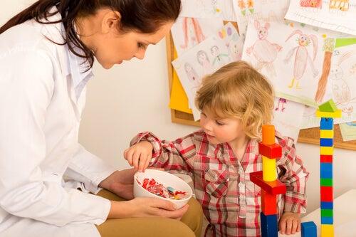 Profesora dándole golosinas a un niño
