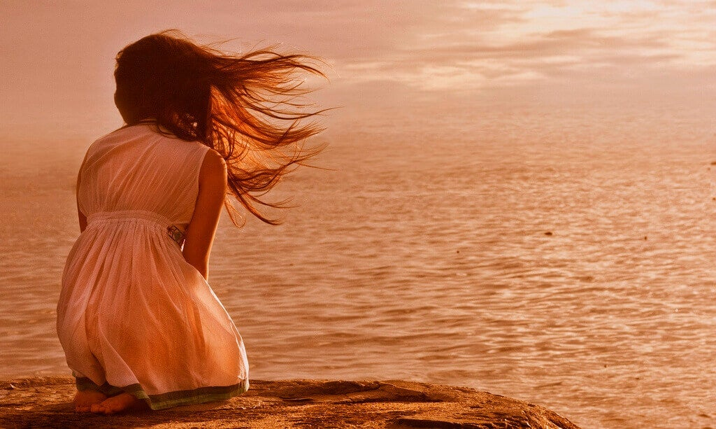 Chica ante el océano representando la idea del faro que siempre nos guía