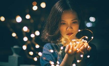 chica con luces simbolizando la relación entre serendipia y personalidad