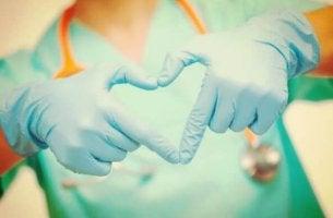Corazón de enfermería con guantes