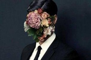 Hombre con flores en la cara