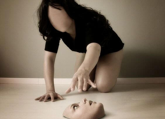 mujer cogiendo su rostro