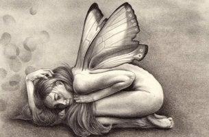 Mujer con alas víctima de un depredador emocional