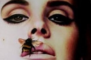 Mujer con avispa en la boca