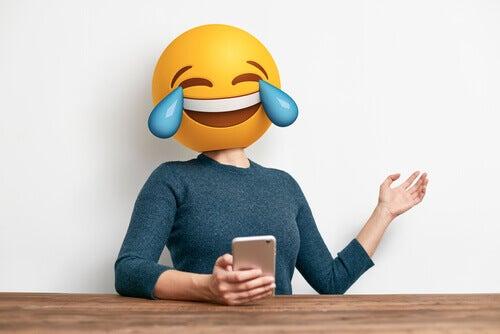 Mujer conc ara de emoticono y buen humor