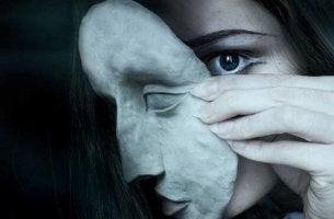 Mujer con máscara oscura