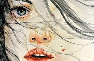 mujer con miedo al maltratador