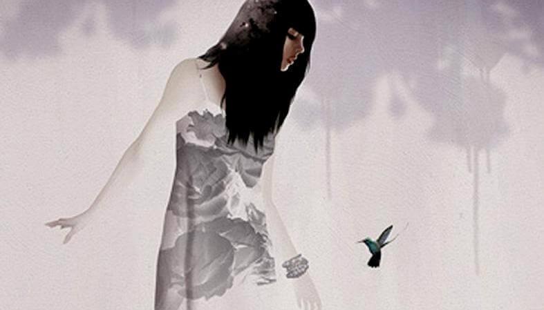 Mujer mirando un pájara con distorsiones cognitivas