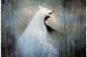 mujer con piel de lobo