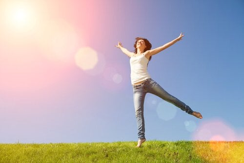 Mujer feliz con mente sana