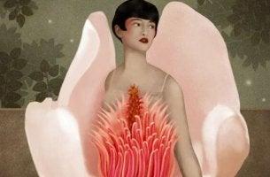 Chica con flor ensalzando su dignidad