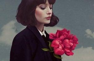 mujer flor en pecho