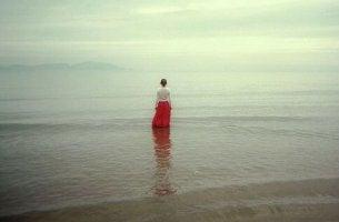 mujer valiente en el mar