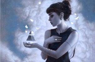 Mujer sosteniendo un triángulo con abstracción selectiva
